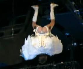 MTV Movie Awards 2009: Sacha Baron Cohen si cala sul pubblico vestito da angelo