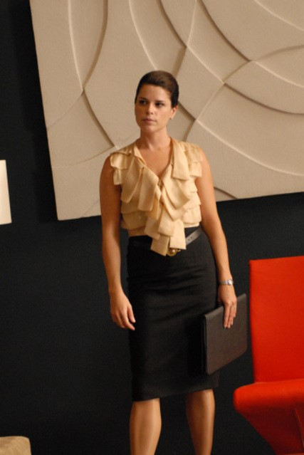 Neve Campbell è Olivia Maidstone nella serie TV The Philanthropist