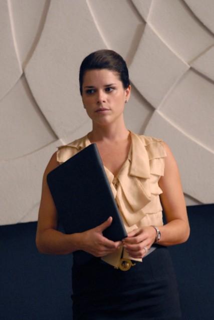Neve Campbell nel ruolo di Olivia Maidstone nella serie TV The Philanthropist