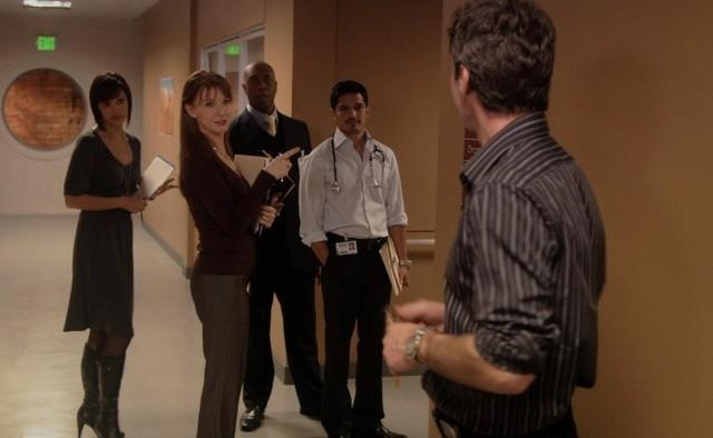 Nicholas Gonzalez, Marisa Ramirez, Jacqueline McKenzie, Chris Vance e Derek Webster nell'episodio A Beautiful Delusion di Mental