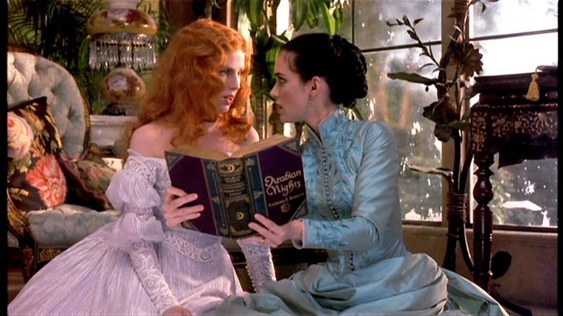 Winona Ryder con Sadie Frost in una scena del film Dracula di Bram Stoker