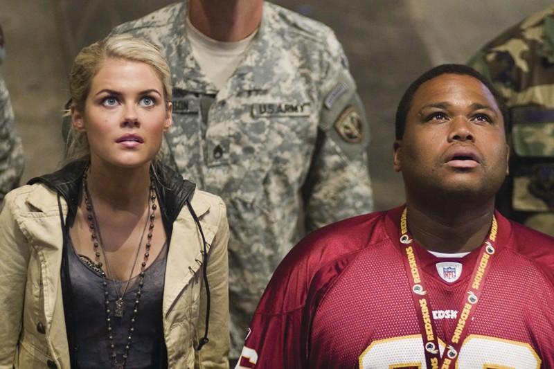Rachael Taylor e Anthony Anderson in una scena del film Transformers