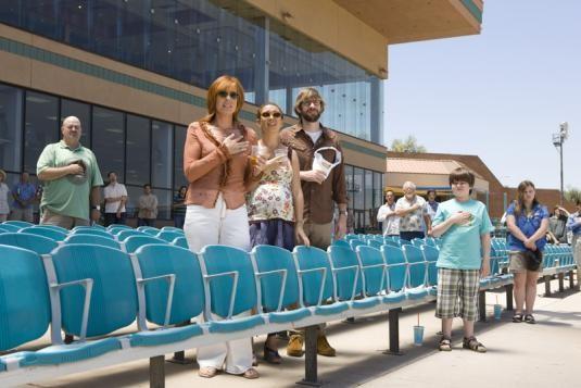 Allison Janney, Maya Rudolph e John Krasinski in una scena del film Away We Go