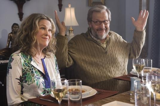 Catherine O'Hara e Jeff Daniels in una scena del film Away We Go