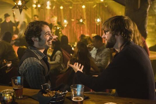 Chris Messina e John Krasinski in una scena del film Away We Go