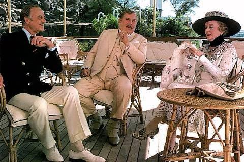 David Niven con Peter Ustinov, Bette Davis in una scena del film Assassinio sul Nilo