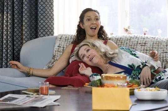 Maya Rudolph e Catherine O'Hara in una scena del film Away We Go