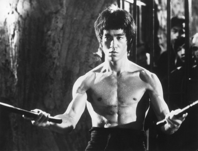 Una foto promo in bianco e nero dell'attore Bruce Lee