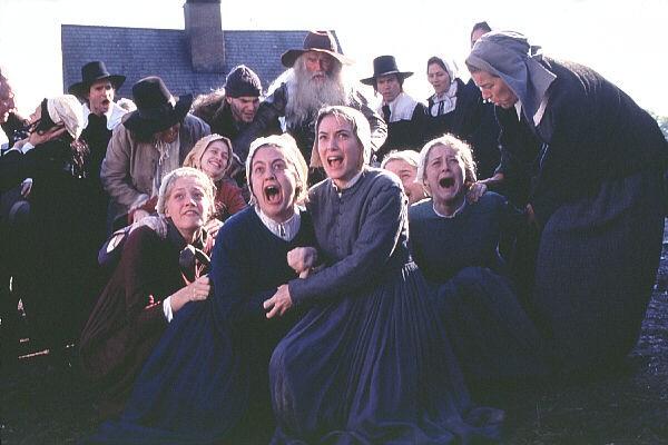 Winona Ryder (al centro) in una sequenza del film La seduzione del male