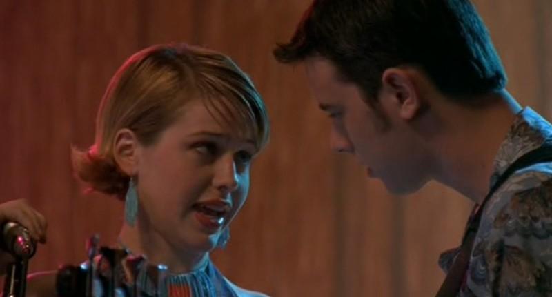 Majandra Delfino (Maria) canta nel gruppo musicale di Colin Hanks (Alex) nella serie tv Roswell