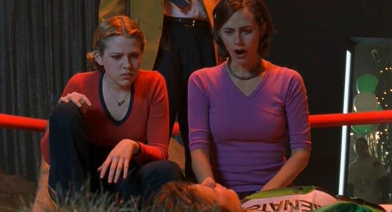 Maria (Majandra Delfino) e sua madre (Diane Farr) guardano Michael (Brendan Fehr) in Roswell