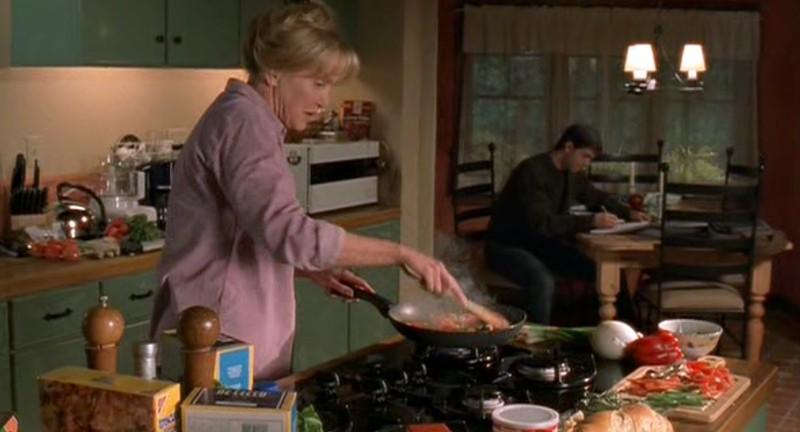 Mary Ellen Trainor ai fornelli con Jason Behr nella serie televisiva Roswell