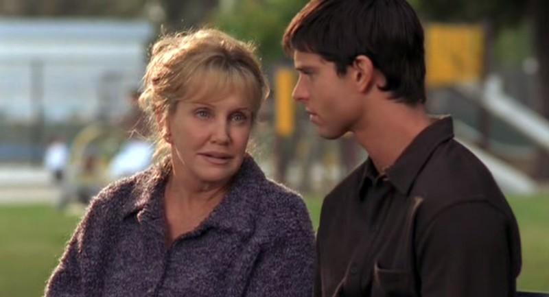 Mary Ellen Trainor pala con Jason Behr in una scena di Roswell