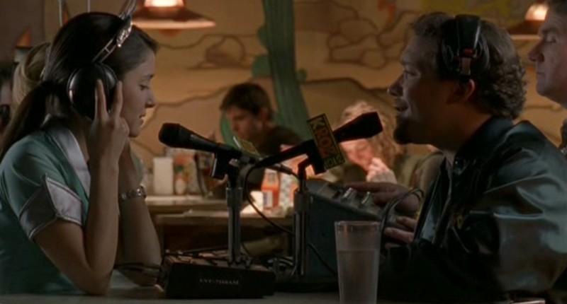 Shiri Appleby intervistata alla radio in 'Appuntamento al buio' nel telefilm Roswell