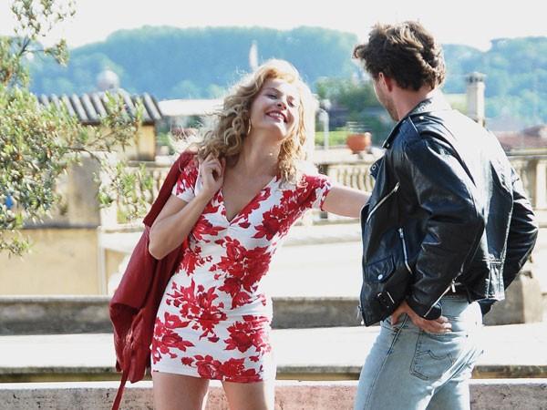Violante Placido con il suo fidanzato sul set di Moana, la biopic di Sky nella quale interpreta Moana Pozzi
