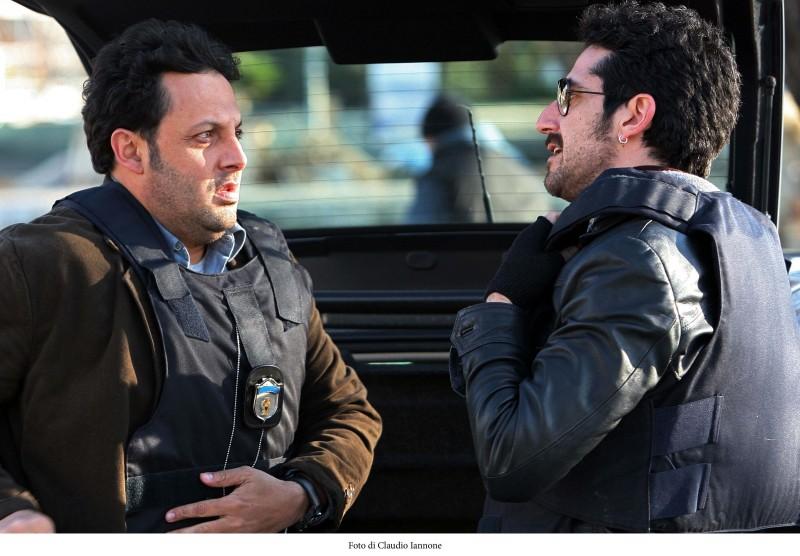 Enrico Brignano e Luca Angeletti in una scena della fiction Fratelli Detective