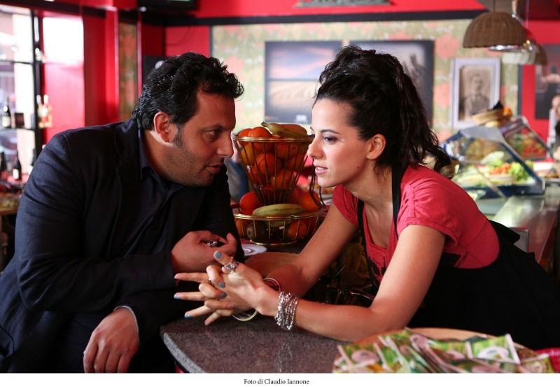 Enrico Brignano e Tiziana Lodato in una scena della fiction Fratelli Detective