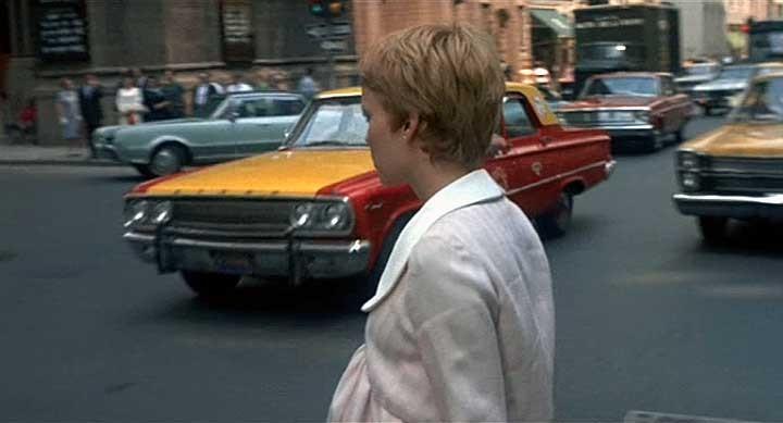 Mia Farrow a passeggio per New York nel film Rosemary's baby - Nastro rosso a New York