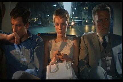 Mia Farrow con John Cassavetes e Ralph Bellamy nel film Rosemary's baby - Nastro rosso a New York