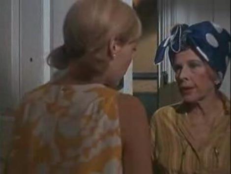 Mia Farrow con Ruth Gordon in una scena del film Rosemary's baby - Nastro rosso a New York