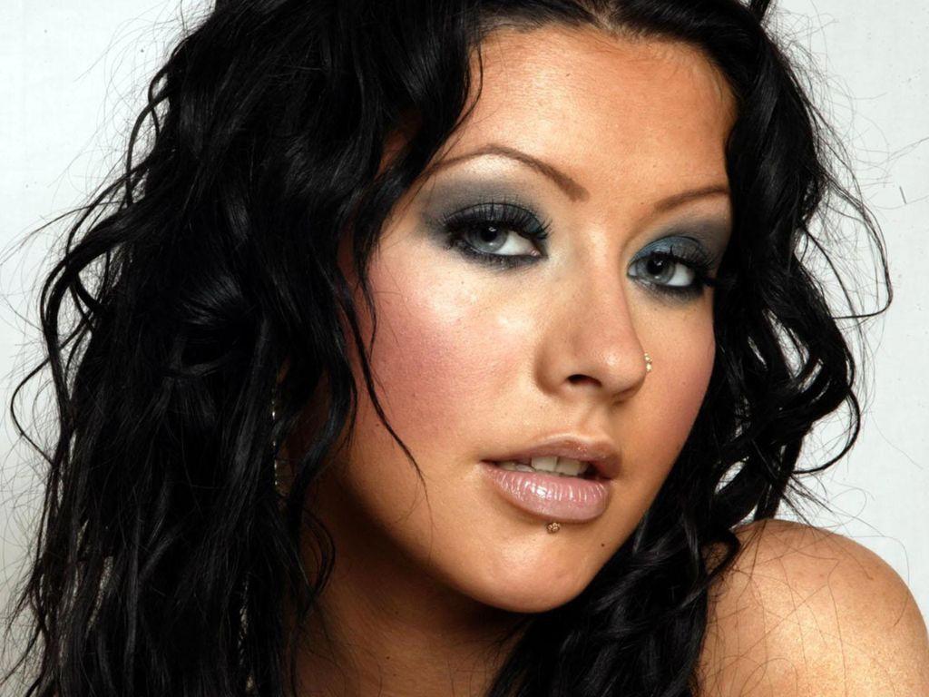 La cantante Christina Aguilera con i capelli neri
