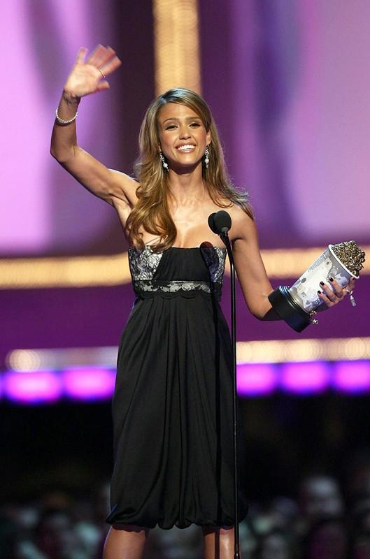 Jessica Alba saluta dopo aver vinto il premio come 'Performance più Sexy' per il film Sin City agli MTV Movie Awards 2006