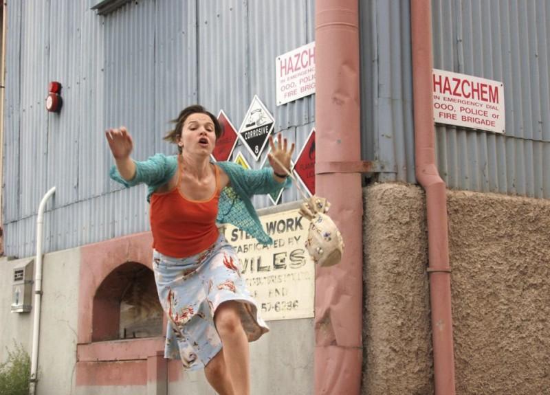 Justine Clarke in una sequenza del film Look Both Ways - Amori e Disastri