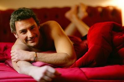 Uno scatto di Roberto Farnesi a letto
