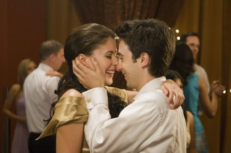 Amanda Crew e Josh Zuckerman in una romantica sequenza di Sex Movie in 4D