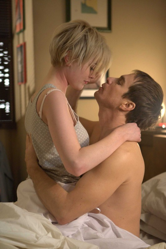 Dominique McElligott e Sam Rockwell in una scena del film Moon