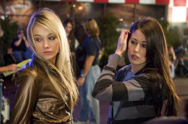 Katrina Bowden e Amanda Crew in una scena del film Sex Movie in 4D