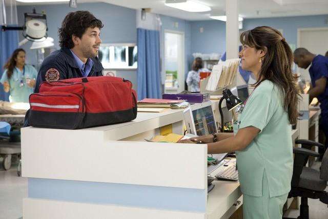 Adam Garcia e Suleka Mathew è Bobbie in una scena dell'episodio Healing Time di Hawthorne
