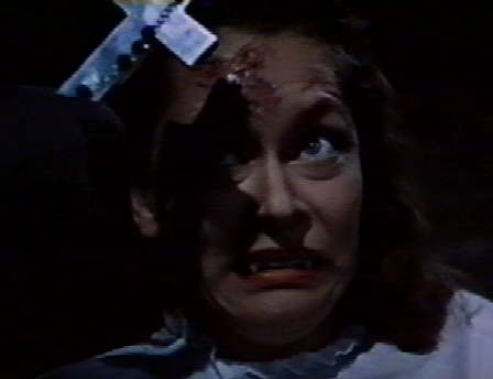 Carol Marsh impaurita dalla croce nel film Dracula il vampiro