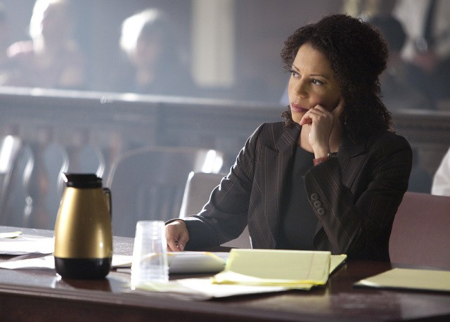 Gloria Reuben in una scena dell'episodio The Curious Case Of Kellerman's Button di Raising the Bar
