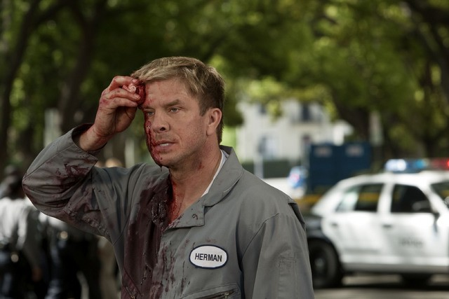 Kenny Johnson in una scena dell'episodio We're Already Here di Saving Grace