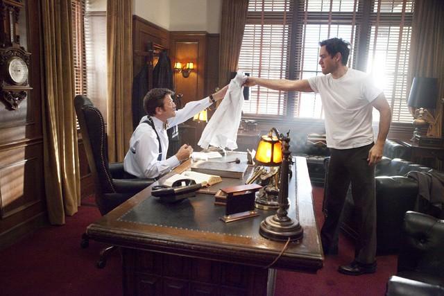 Mark-Paul Gosselaar e John Michael Higgins in una scena dell'episodio The Curious Case Of Kellerman's Button di Raising the Bar