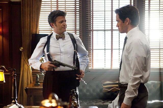 Mark-Paul Gosselaar e John Michael Higgins nell'episodio The Curious Case Of Kellerman's Button di Raising the Bar