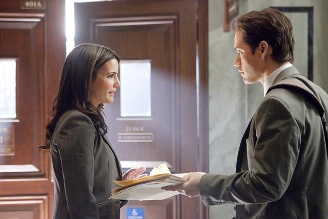 Mark-Paul Gosselaar e Natalia Cigliuti in una scena dell'episodio The Curious Case Of Kellerman's Button di Raising the Bar