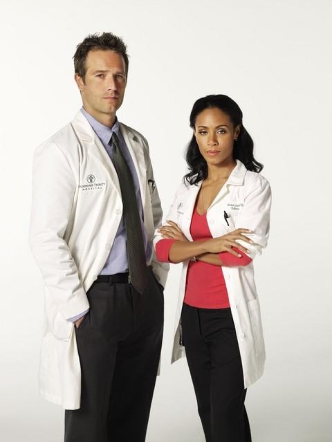 Michael Vartan e Jada Pinket Smith nella serie TV Hawthorne