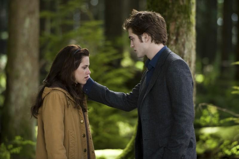 Robert Pattinson e Kristen Stewart in una scena di Twilight: New Moon