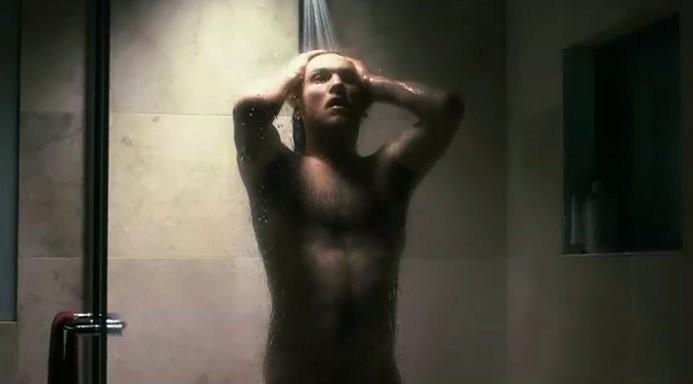 Sam Worthington in una scena sexy, sotto la doccia