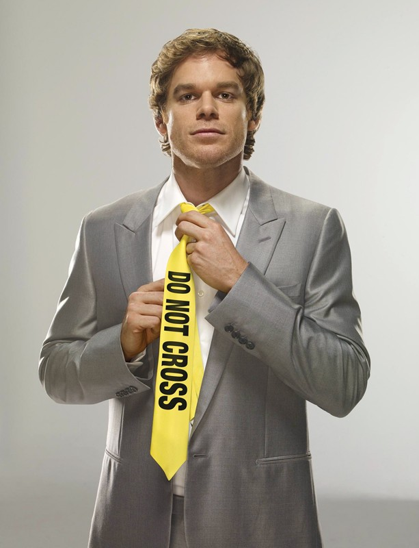 Una foto promo, con cravatta 'Do not cross', per Michael C. Hall nella season 3 di Dexter