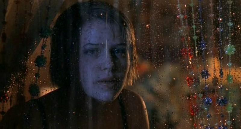 Maria DeLuca(Majandra Delfino) dietro alla finestra della sua camera nell'episodio 'Independence Day' di Roswell