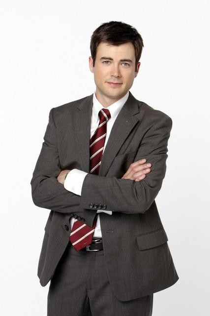 Matt Long in una foto promozionale della serie The Deep End