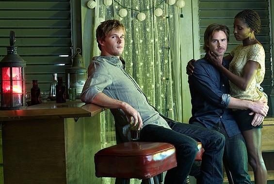 Ryan Kwanten, Sam Trammell e Rutina Wesley in una foto promozionale della seconda stagione della serie tv True Blood