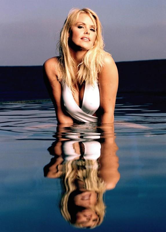 Una sexy Gena Lee Nolin riflessa sullo specchio dell'acqua