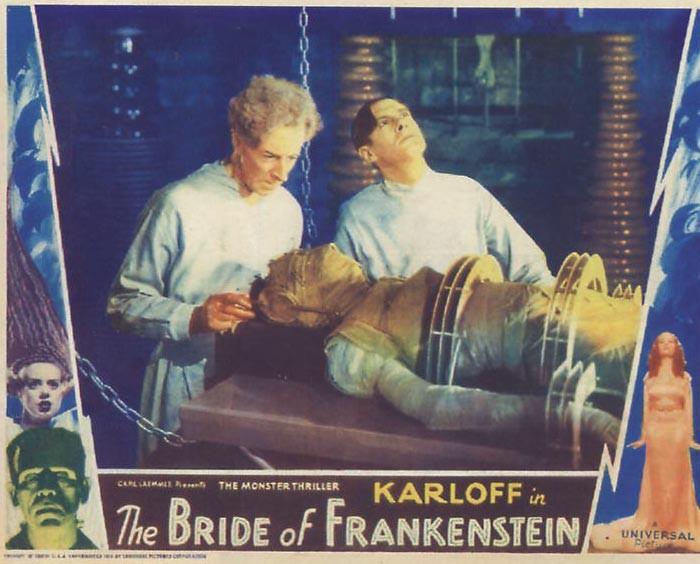 Colin Clive in una lobby card a colori del film La moglie di Frankenstein