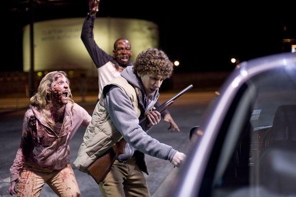Jesse Eisenberg circondato da zombie in Zombieland