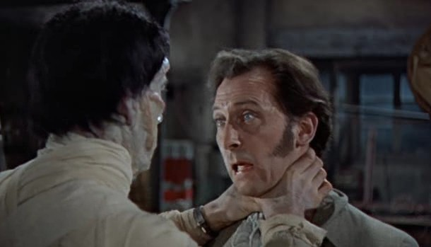 Peter Cushing e Christopher Lee in una drammatica scena del film La maschera di Frankenstein