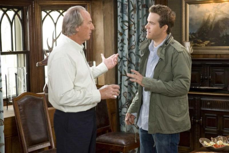 Craig T. Nelson e Ryan Reynolds in una scena del film Ricatto d'amore